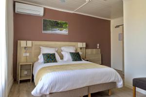 A bed or beds in a room at Hôtel du Golfe