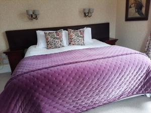 A bed or beds in a room at No 45, Ballater