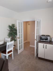 A kitchen or kitchenette at Oaktree Lodge