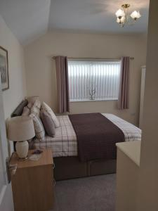 A bed or beds in a room at Oaktree Lodge