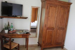 A television and/or entertainment centre at Agriturismo Al-Bor