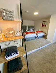 A bed or beds in a room at Coppergate Mews 1