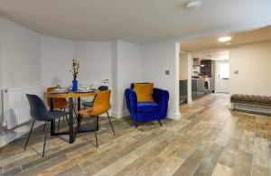 A seating area at Coppergate Mews 1