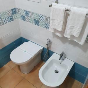 A bathroom at Vittoria Guest House Salerno