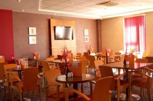 A restaurant or other place to eat at Holiday Inn Express Swindon City Centre, an IHG Hotel