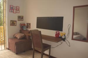 A television and/or entertainment centre at Hospedagem com cultura Afro