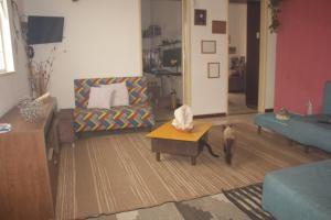 A seating area at Hospedagem com cultura Afro