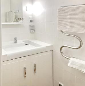 Ванная комната в Rentspb green apartment near metro Elizarovskay.
