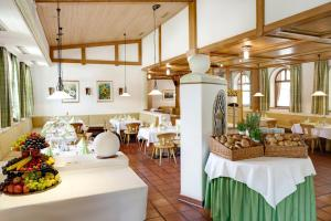 A restaurant or other place to eat at Johannesbad Vitalhotel Jagdhof