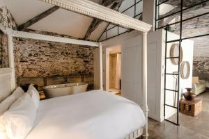 A bed or beds in a room at ANRÁN at Tidwell Farm