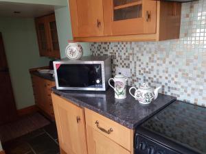 "A kitchen or kitchenette at Brynheulog""Sunshine Hill"" Country Cottage, Craig Cefn Parc, SA6 5RH"