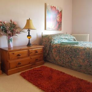"""A bed or beds in a room at Brynheulog""""Sunshine Hill"""" Country Cottage, Craig Cefn Parc, SA6 5RH"""