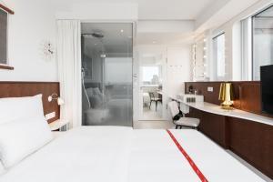 A bathroom at Ruby Luna Hotel Dusseldorf