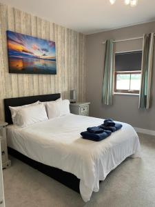 A bed or beds in a room at Willow Lakes