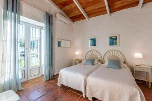 A bed or beds in a room at Hotel-Apart CORTIJO LAS PIÑAS