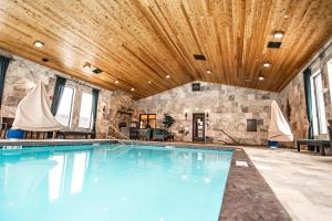 The swimming pool at or near Elk Country Inn