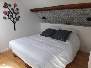 Un ou plusieurs lits dans un hébergement de l'établissement Le domaine du Moulin - SPA et Piscine