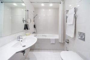 Vannas istaba naktsmītnē Rixwell Elefant Hotel with FREE Parking