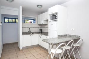 Een keuken of kitchenette bij Alsol Los Caribes 1
