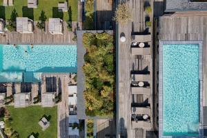Vista sulla piscina di LUNARIS Wellnessresort o su una piscina nei dintorni