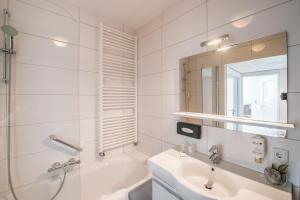 A bathroom at Amadore Hotel Restaurant De Kamperduinen