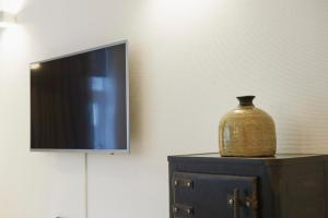 """A television and/or entertainment centre at """"DE BANK"""" - Hotel Apartments"""