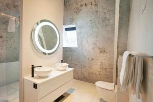 """A bathroom at """"DE BANK"""" - Hotel Apartments"""