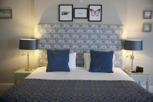 A bed or beds in a room at Mercure Gloucester Bowden Hall Hotel