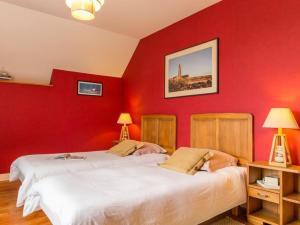 A bed or beds in a room at Les Gites de la Laiterie de Tocqueville