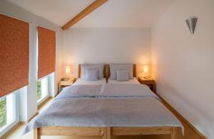 A bed or beds in a room at Ferienhaus an der alten Gärtnerei - Lavendel