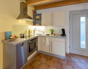 A kitchen or kitchenette at Ferienhaus an der alten Gärtnerei - Lavendel