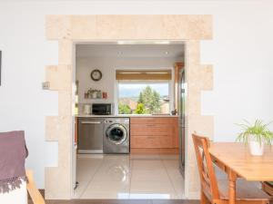 A kitchen or kitchenette at Pass the Keys Bright 2Bedroom House in Bath