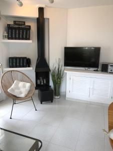 En tv och/eller ett underhållningssystem på Beach Apartment Minerva