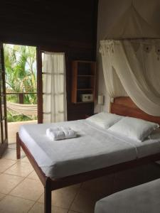 A bed or beds in a room at Pousada Tagomago