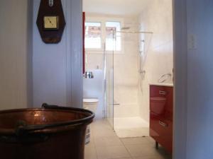 A bathroom at Gîte Serreslous-et-Arribans, 4 pièces, 6 personnes - FR-1-360-36