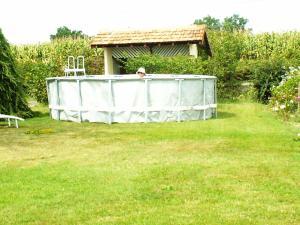 A garden outside Gîte Serreslous-et-Arribans, 4 pièces, 6 personnes - FR-1-360-36