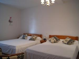 A bed or beds in a room at Gîte Serreslous-et-Arribans, 4 pièces, 6 personnes - FR-1-360-36