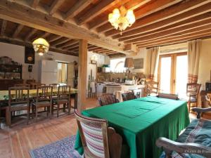 A restaurant or other place to eat at Gîte Boitron - Orne, 6 pièces, 10 personnes - FR-1-497-66