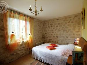 A bed or beds in a room at Gîte Périgneux, 4 pièces, 6 personnes - FR-1-496-5