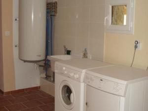 Salle de bains dans l'établissement Gîte Mijoux, 2 pièces, 4 personnes - FR-1-493-220