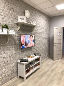 Телевизор и/или развлекательный центр в Хостел Уютный дом