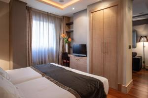 A bed or beds in a room at Washington Parquesol Suites & Hotel