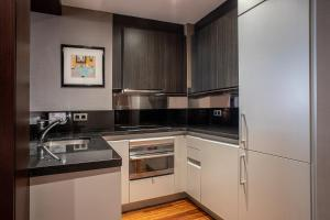 A kitchen or kitchenette at Washington Parquesol Suites & Hotel