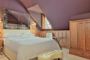 A bed or beds in a room at Great Northern Hotel, A Tribute Portfolio Hotel, London