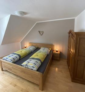 Een bed of bedden in een kamer bij Ferienweingut Göbel