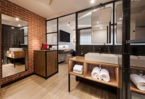 Ванная комната в Golden Tulip Paris CDG Airport – Villepinte
