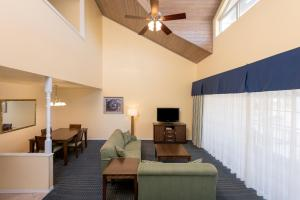 A seating area at Holiday Inn Hotel & Suites Clearwater Beach South Harbourside, an IHG Hotel