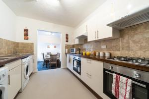 A kitchen or kitchenette at Favour Spacious Inn By JESOUTH