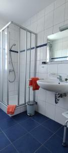 Ein Badezimmer in der Unterkunft Brigel-Hof