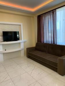 Телевизор и/или развлекательный центр в Апартаменты-студия на Тюльпанов 3